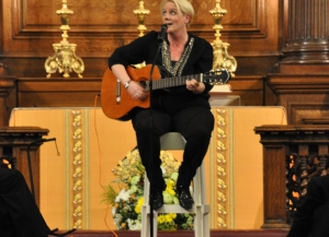 Julia Streets perfoming song at Royal Hospital Chelsea.jpg
